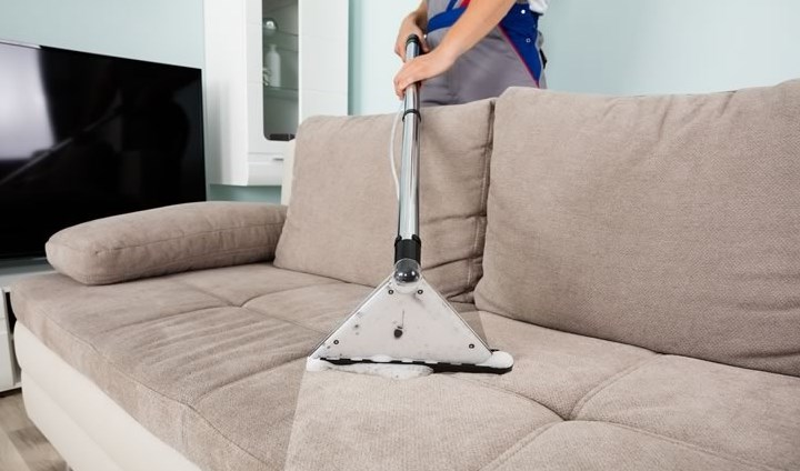 Як правильно чистити м'які меблі?